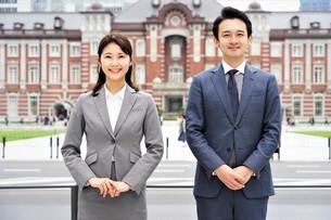 ビジネスマンとビジネスウーマンの写真素材 [FYI04618322]