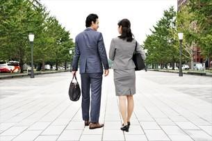 ビジネスマンとビジネスウーマンの写真素材 [FYI04618325]