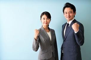 ビジネスマンとビジネスウーマンの写真素材 [FYI04618347]