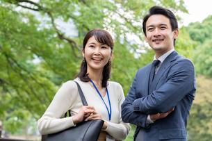 ビジネスマンとビジネスウーマンの写真素材 [FYI04618427]