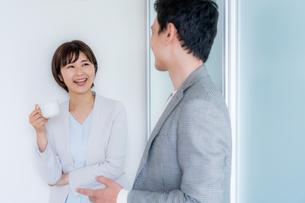 ビジネスマンとビジネスウーマンの写真素材 [FYI04618609]