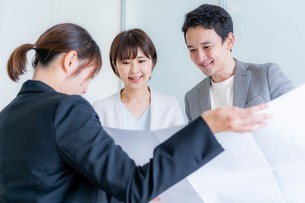 ビジネスマンとビジネスウーマンの写真素材 [FYI04618643]