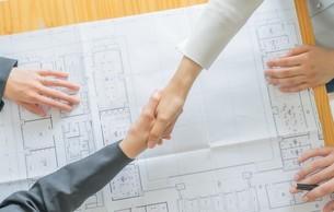 握手するビジネスマンとビジネスウーマンの写真素材 [FYI04618673]