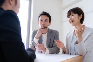 打ち合わせをするビジネスマンとビジネスウーマンの写真素材 [FYI04618686]