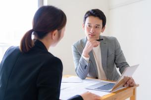 打ち合わせをするビジネスマンとビジネスウーマンの写真素材 [FYI04618725]
