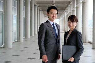 ビジネスマンとビジネスウーマンの写真素材 [FYI04618881]