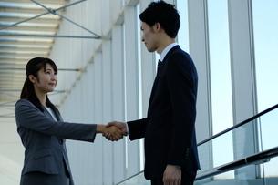 ビジネスマンとビジネスウーマンの写真素材 [FYI04619146]