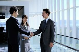 ビジネスマンとビジネスウーマンの写真素材 [FYI04619248]