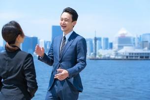 ビジネスマンとビジネスウーマンの写真素材 [FYI04619949]