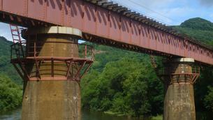 鉄道の鉄橋の写真素材 [FYI04619969]