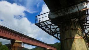 鉄道の鉄橋の写真素材 [FYI04619970]