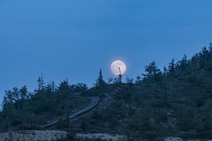 草津白根に昇る満月の写真素材 [FYI04620201]