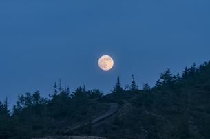 草津白根に上る満月の写真素材 [FYI04620204]