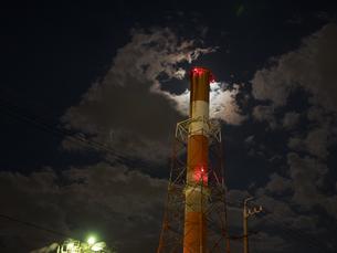 月明かり越しに見上げる煙突の写真素材 [FYI04620359]