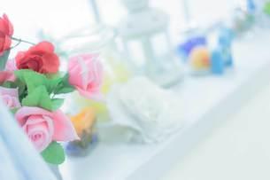 バラの花束と小物の写真素材 [FYI04620395]