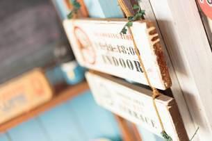 営業時間のアンティークな木製看板の写真素材 [FYI04620397]