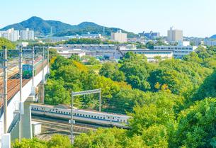 関西の鉄道 神戸市営地下鉄と山陽新幹線 交差の瞬間の写真素材 [FYI04620522]