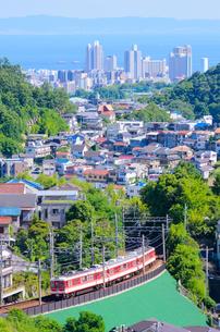 関西の鉄道 神戸電鉄と神戸市の海が見える街並みの写真素材 [FYI04620613]