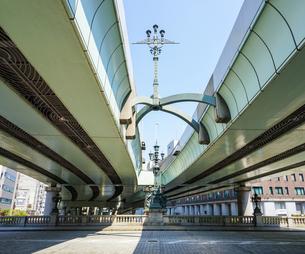 江戸時代から道路網の始点とされる日本橋  首都高速に挟まれた道路元標地点碑と日本橋中央柱の麒麟像の写真素材 [FYI04620703]
