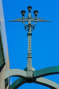江戸時代から道路網の始点とされる日本橋 首都高速に挟まれた道路元標地点碑の写真素材 [FYI04620704]