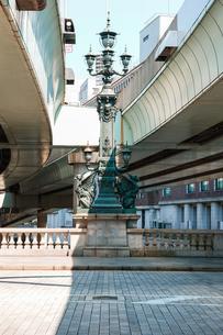 日本橋の中央に埋め込まれた道路元標と日本橋中央柱の麒麟像の写真素材 [FYI04620709]