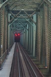 紀勢本線からの車窓風景 新宮川鉄橋の写真素材 [FYI04620794]