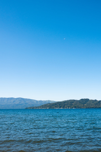 晴れた空と青い静かな湖 屈斜路湖の写真素材 [FYI04621006]