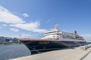 新港埠頭客船ターミナルに停泊しているにっぽん丸の写真素材 [FYI04621090]