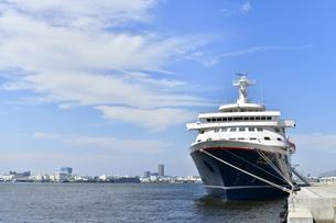 新港埠頭客船ターミナルに停泊しているにっぽん丸の写真素材 [FYI04621092]