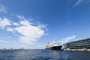 新港埠頭客船ターミナルに停泊しているにっぽん丸の写真素材 [FYI04621094]