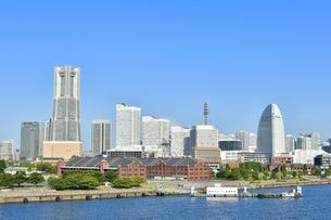 横浜港大さん橋国際客船ターミナルから見えるみなとみらいの風景の写真素材 [FYI04621102]