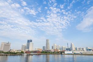横浜港大さん橋から見えるみなとみらいの風景の写真素材 [FYI04621106]