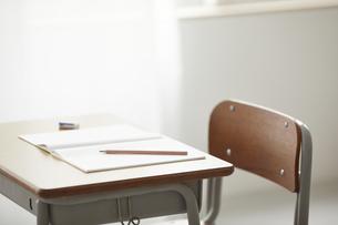 勉強机に置かれた筆記用具の写真素材 [FYI04621166]