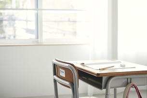 勉強机に置かれた筆記用具の写真素材 [FYI04621173]
