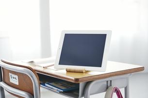 勉強机に置かれたタブレットPCの写真素材 [FYI04621174]