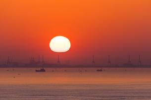 神戸港に昇る朝日(淡路島より)の写真素材 [FYI04621267]