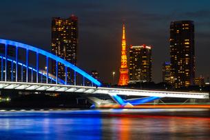 ライトアップされた東京タワーと築地大橋の写真素材 [FYI04621268]