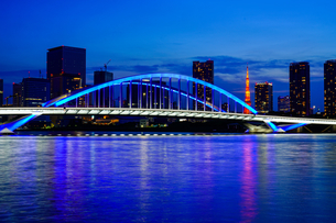 ライトアップされた築地大橋と東京タワーの写真素材 [FYI04621270]