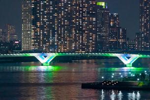 築地大橋と高層マンションの写真素材 [FYI04621277]