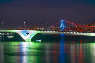 ライトアップしたレインボーブリッジと豊洲大橋の写真素材 [FYI04621280]