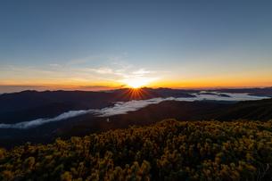 黒岳山頂からの日の出と雲海の眺望の写真素材 [FYI04621421]