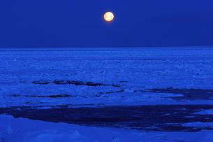 2月 満月下のオホーツク海流氷 -北海道の冬-の写真素材 [FYI04621579]