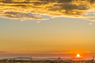 淡路島に沈む夕日とその光を受けた雲の写真素材 [FYI04621618]