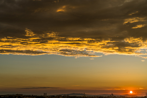 太陽に照らされて夕方の空に浮かぶ巨大な雲の写真素材 [FYI04621619]