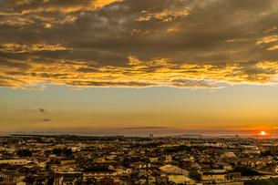夕焼け空に彩られた町の風景の写真素材 [FYI04621620]