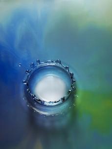 カラフルな液体の表面にリキットクラウンの写真素材 [FYI04621655]
