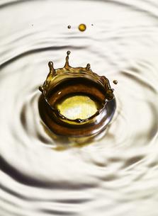 メタルの液体の表面にリキットクラウンの写真素材 [FYI04621656]
