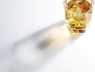ウイスキーの入ったグラスのきれいな影の写真素材 [FYI04621690]