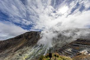 快晴の空と大涌谷の噴煙の写真素材 [FYI04621715]