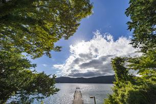 湖畔の桟橋から望む芦ノ湖の写真素材 [FYI04621732]